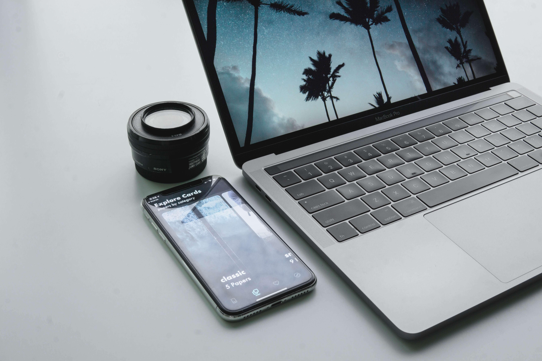laptop z telefonem