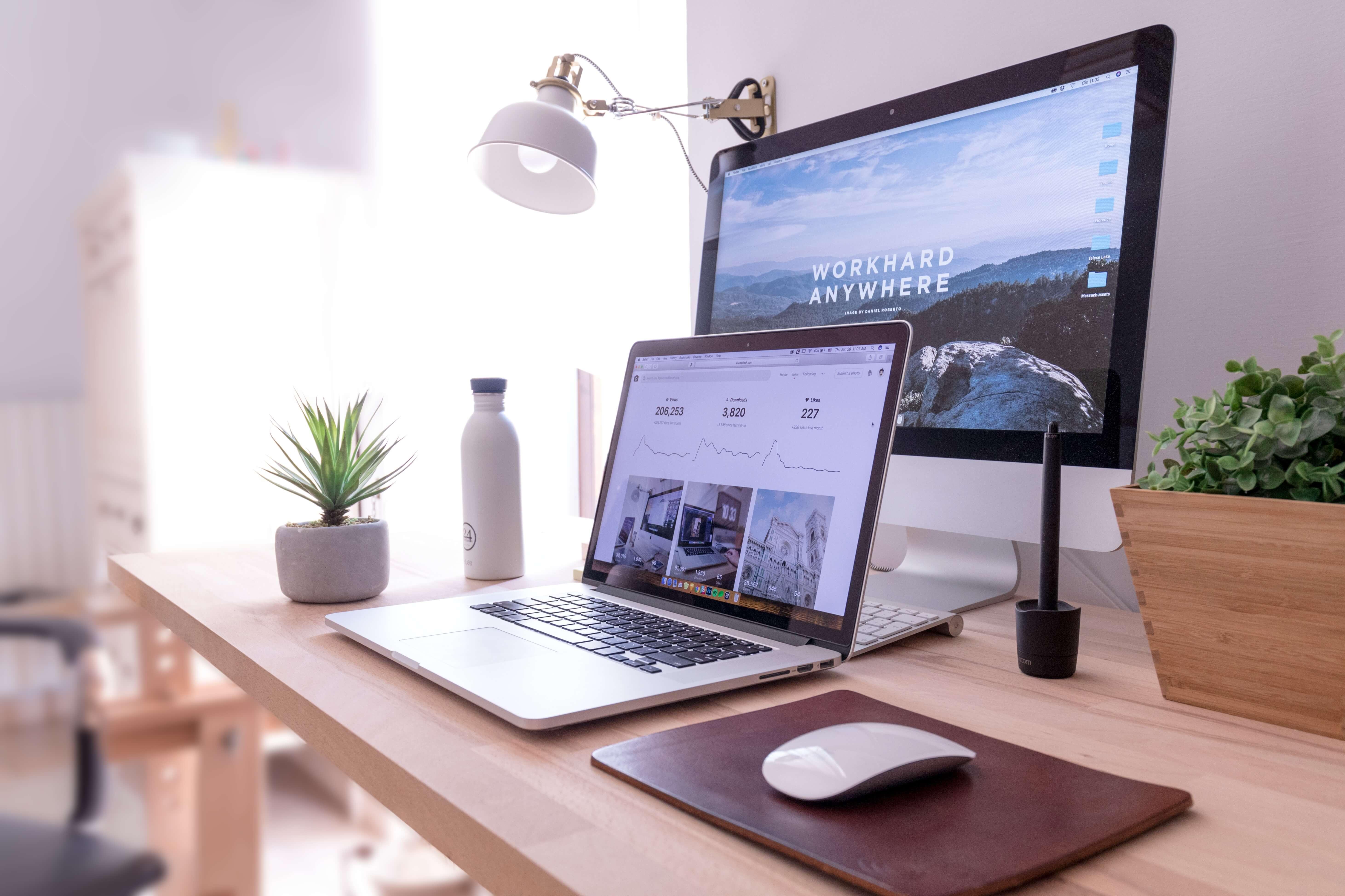 laptop z monitorem na biurku